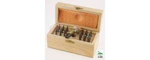Serie di 18 fustelle tonde in acciaio con pomolo in legno e custodia in legno  AG0159-A